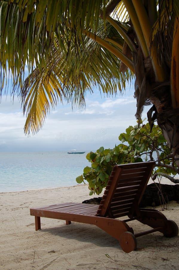 Vue d'océan d'un canapé en bois de Sun images libres de droits