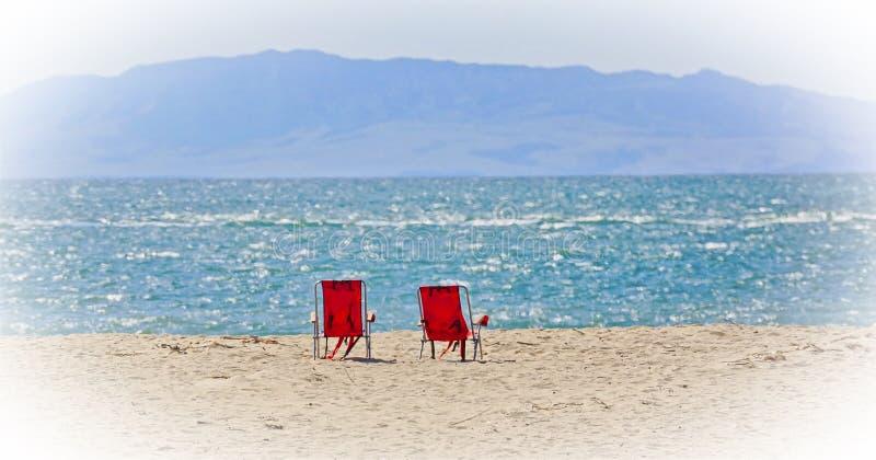 Vue d'océan de chaises de plage photo stock