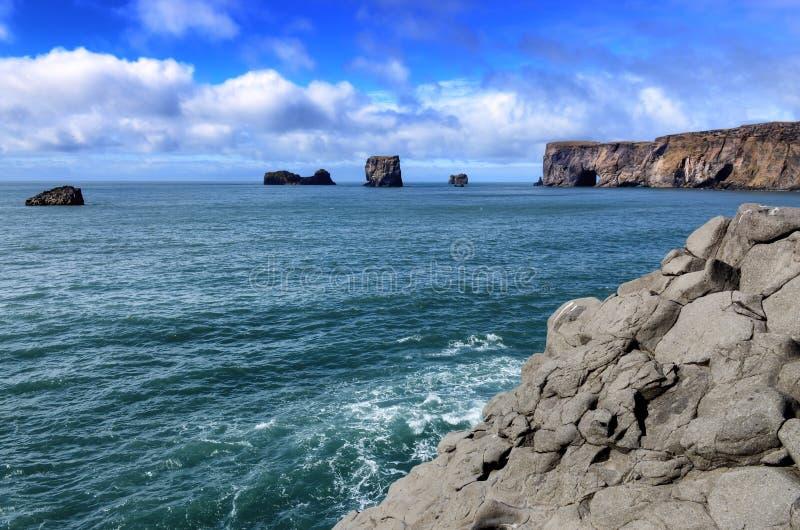 Vue d'océan de falaises et de roches de Dyrholeay, Islande photographie stock libre de droits