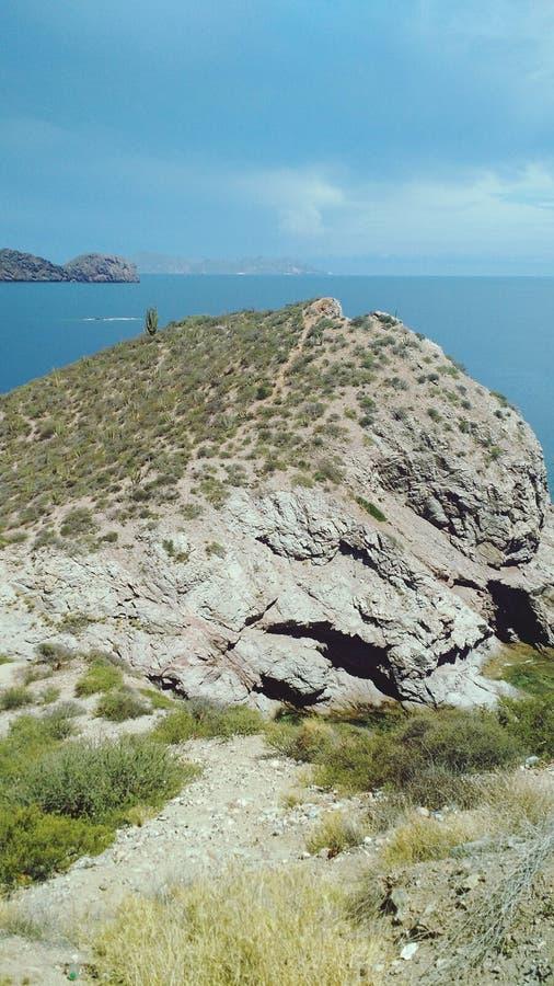 Vue d'océan sur une montagne image stock