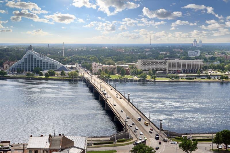 Vue d'oeil d'oiseau de rivière de dvina occidentale, Riga (Lettonie) photos stock