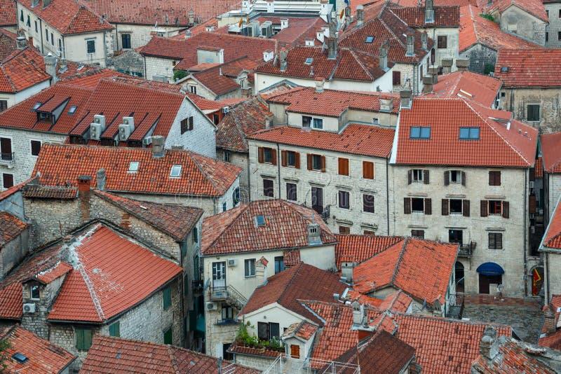 Vue d'oeil d'oiseau des constructions dans la vieille ville de Kotor, Monténégro photo libre de droits