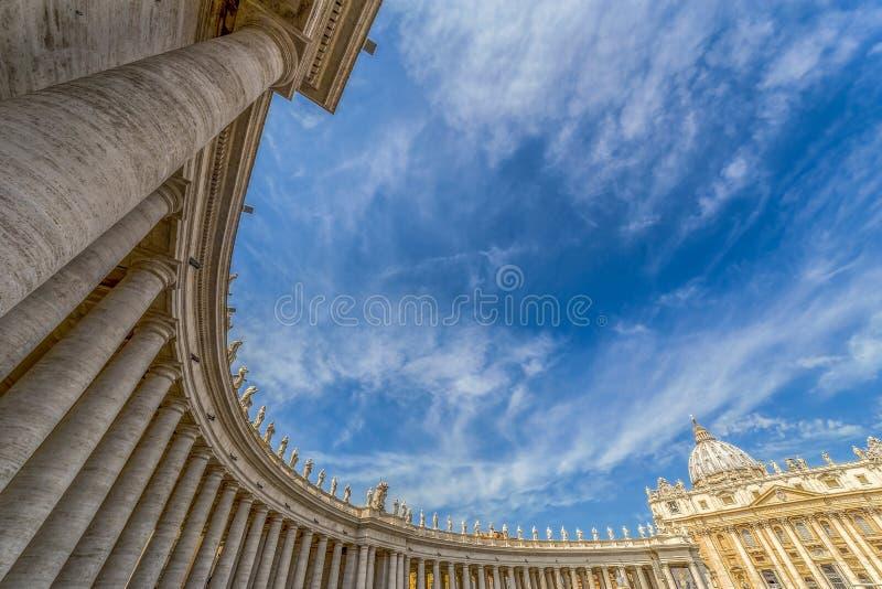 Vue d'oeil de poissons aux colonnes en place du ` s de St Peter, Ville du Vatican images libres de droits