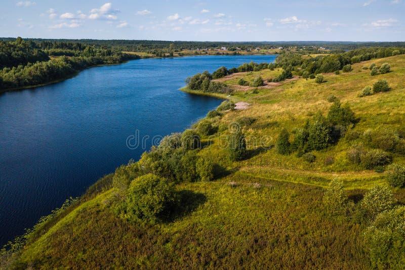 Vue d'oeil du ` s d'oiseau de la rivière d'Oyat et des champs verts de Vepsia, la frontière avec l'oblast de la Carélie et de Lén photos stock