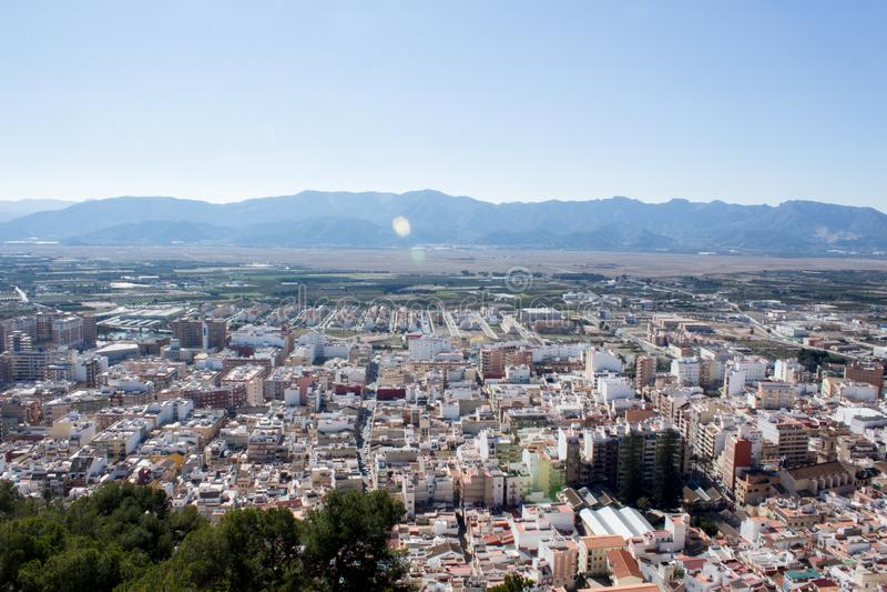 Vue d'oeil du ` s d'oiseau de la ville avec des montagnes photographie stock