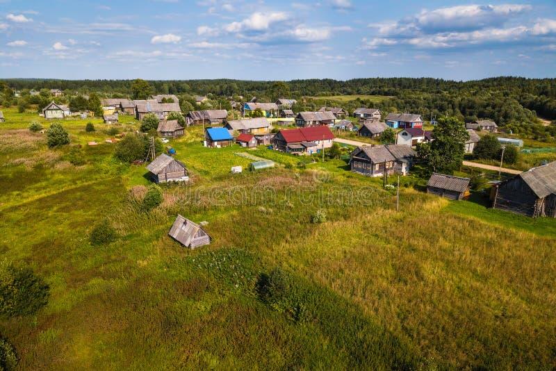 Vue d'oeil du ` s d'oiseau de village de Ladva, de champs verts et de forêt de Vepsian photos libres de droits