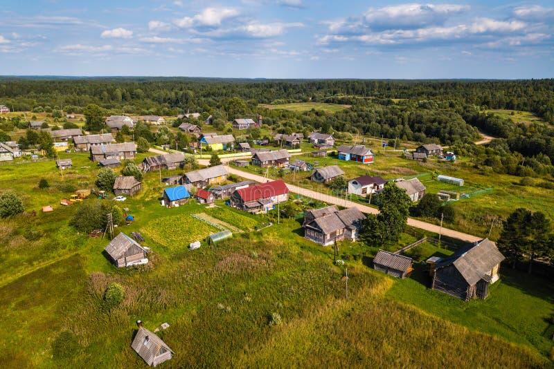Vue d'oeil du ` s d'oiseau de village de Ladva, de champs verts et de forêt de Vepsian image libre de droits