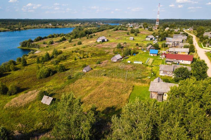 Vue d'oeil du ` s d'oiseau de village de Ladva, de champs verts et de forêt de Vepsian, l'oblast de Léningrad de frontière image stock