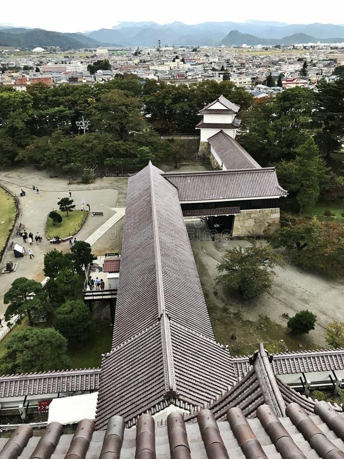 Vue d'oeil du ` s d'oiseau entourant le château de château ou de Tsuruga d'Aizuwakamatsu ou le château de Kurokawa au Japon images libres de droits