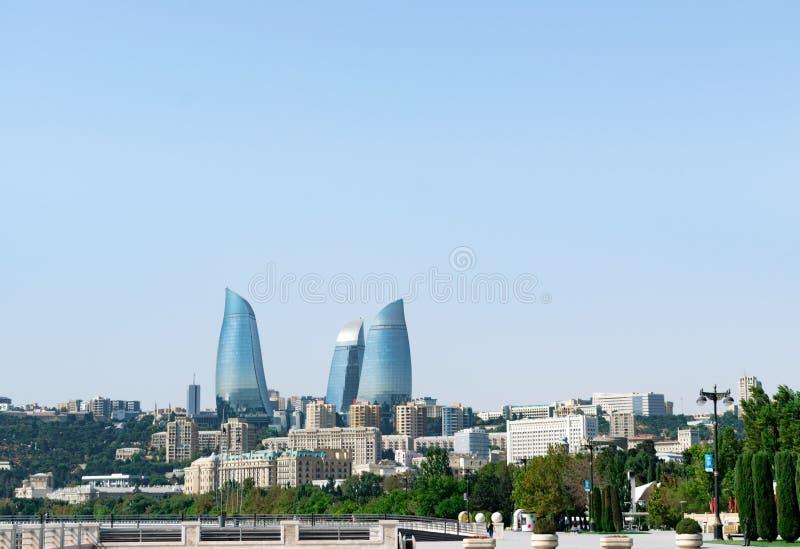 Vue d'oeil d'oiseau Azerbaïdjan, Bakou avec les gratte-ciel de tours de flamme, la tour de télévision et le bord de la mer photographie stock libre de droits