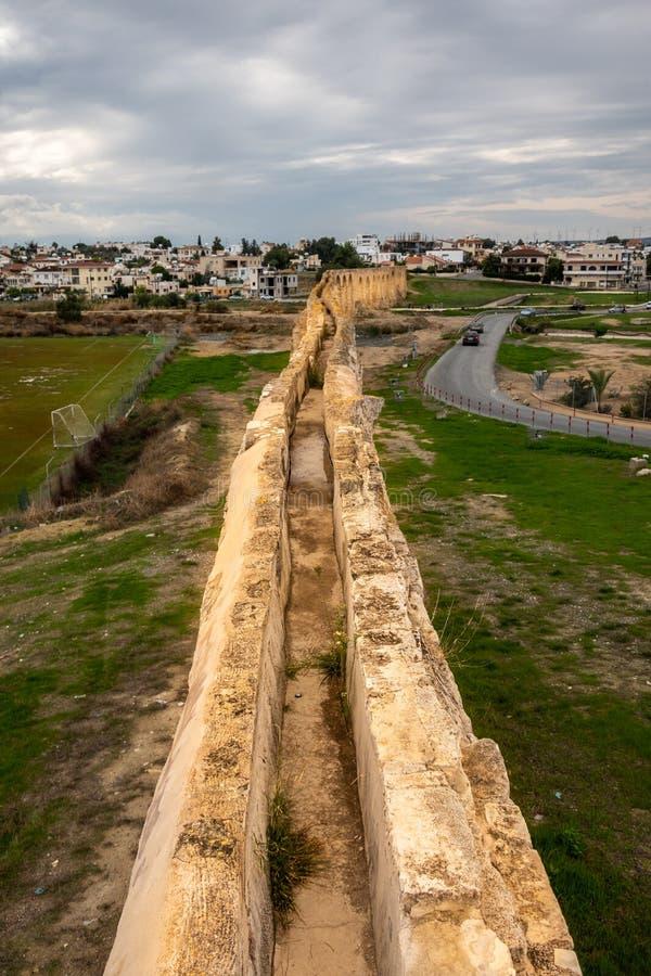 Vue d'oeil d'oiseaux d'aqueduc de Kamares, Larnaca, Chypre photos libres de droits