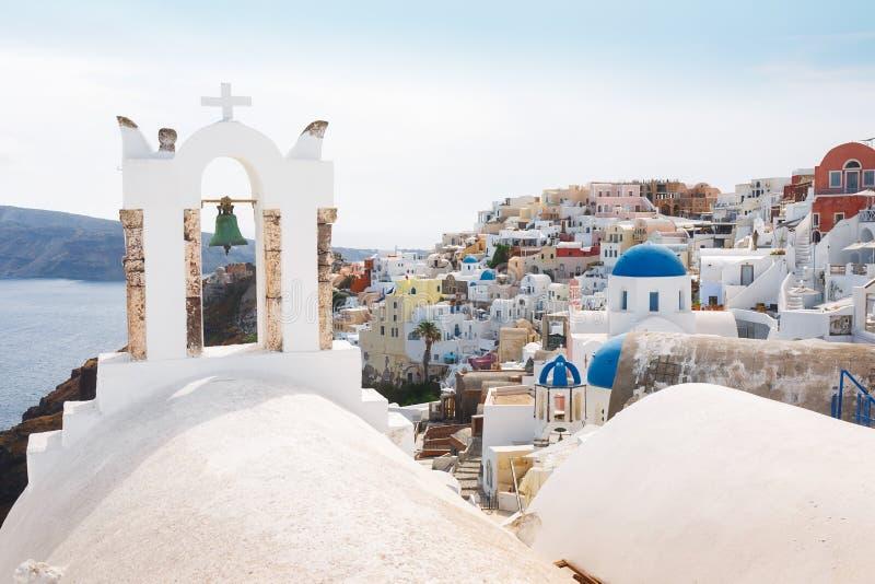 Vue d'Oia au-dessus d'église avec Bells en île de Santorini, Grèce photo stock