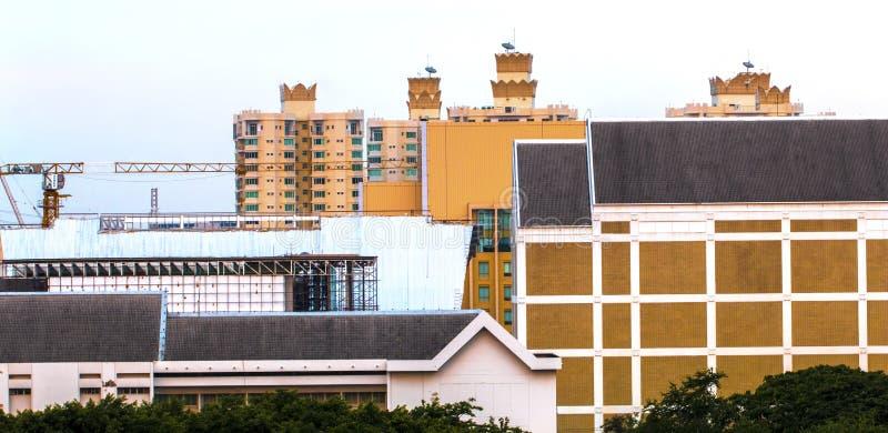 Vue d'oiseau au-dessus du paysage urbain avec le soleil et des nuages pendant le matin images libres de droits
