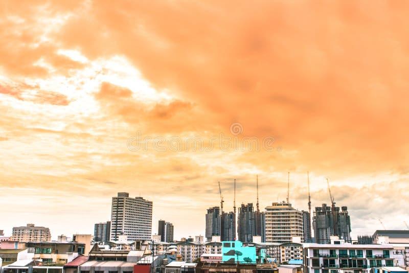 Vue d'oiseau au-dessus du paysage urbain avec le soleil et des nuages pendant le matin photos stock