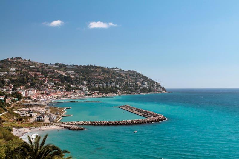 Vue d'Ospedaletti une belle ville sur la Riviera ligurienne photos stock