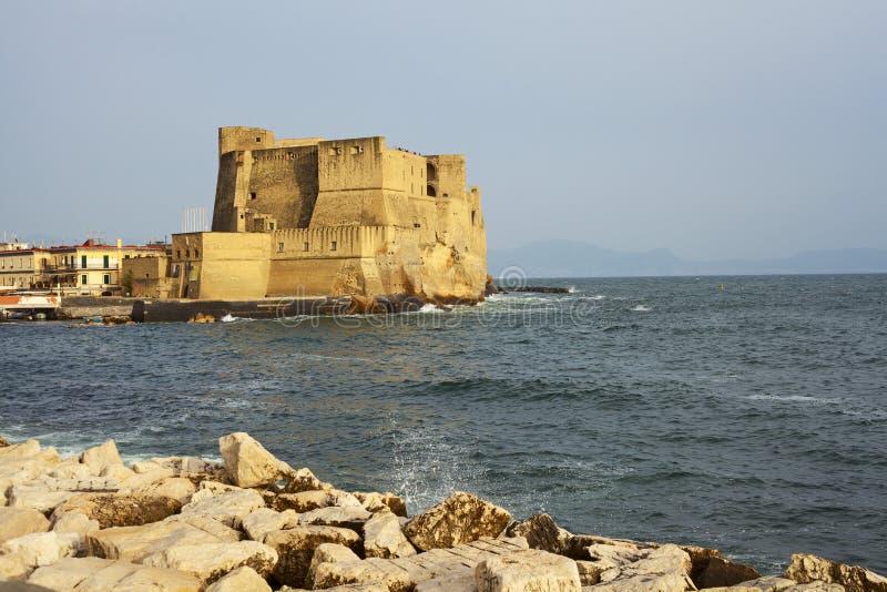 Vue d'Ovo de ` de vallon de Castel dans la ville de Naples image stock