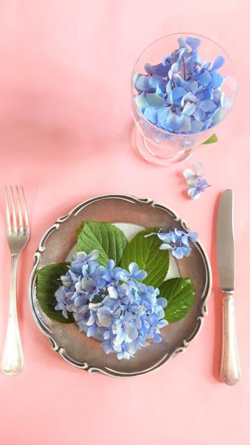 Vue d'un assortiment de fleurs comestibles avec le plat et la fourchette image stock