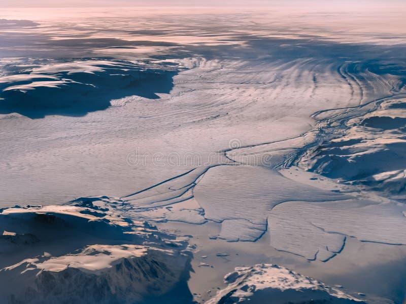 Vue d'un avion au-dessus du grand glacier au Groenland image libre de droits
