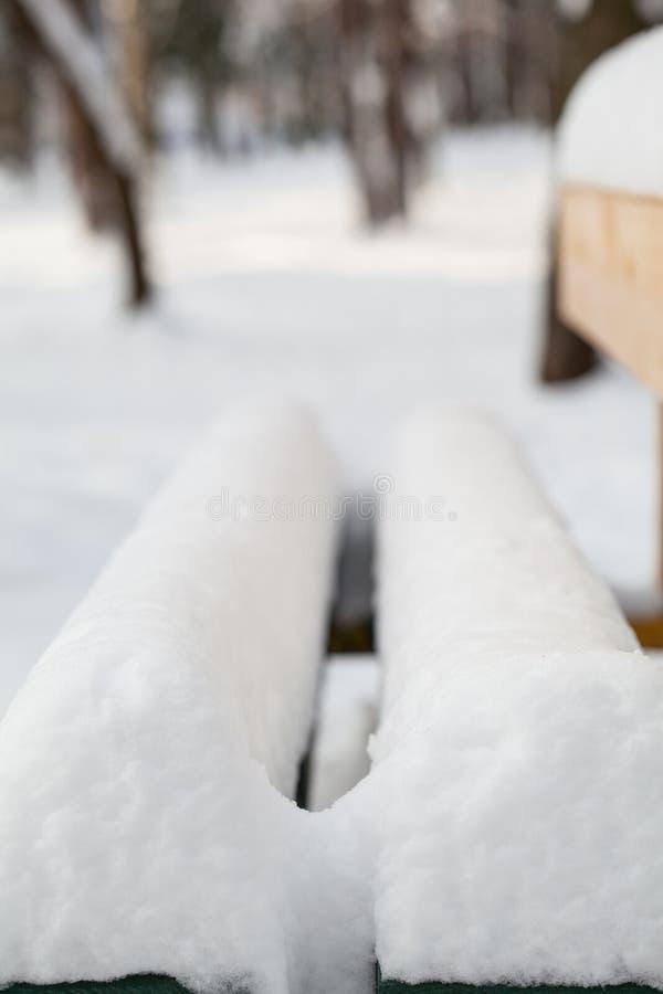 Vue d'un banc en stationnement de l'hiver photographie stock libre de droits