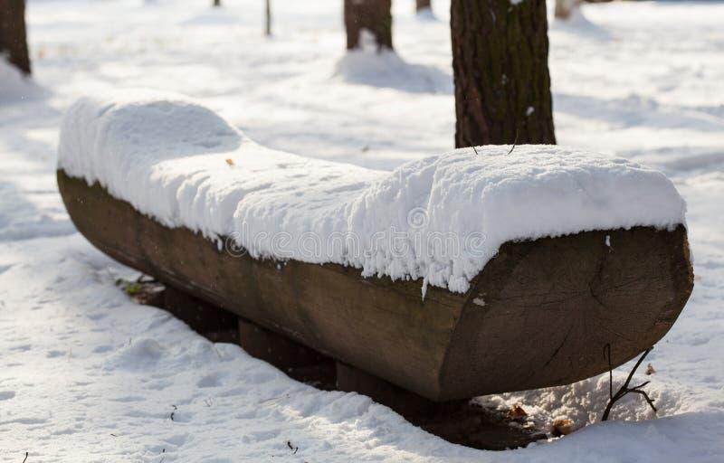 Vue d'un banc en stationnement de l'hiver images stock