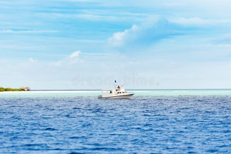 Vue d'un bateau blanc dans l'Océan Indien, mâle, Maldives Copiez s image libre de droits