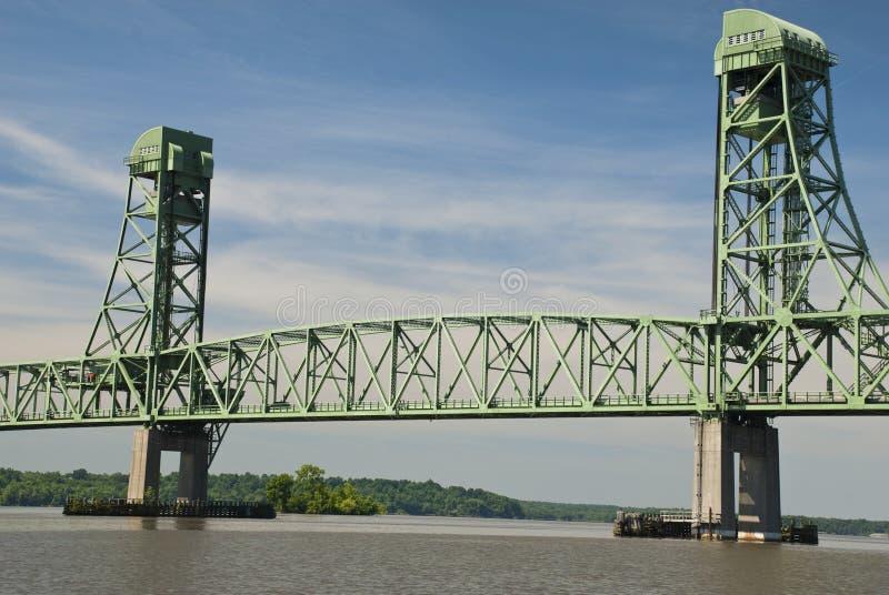 Vue d'un bateau sur James River View d'un vieux pont images libres de droits