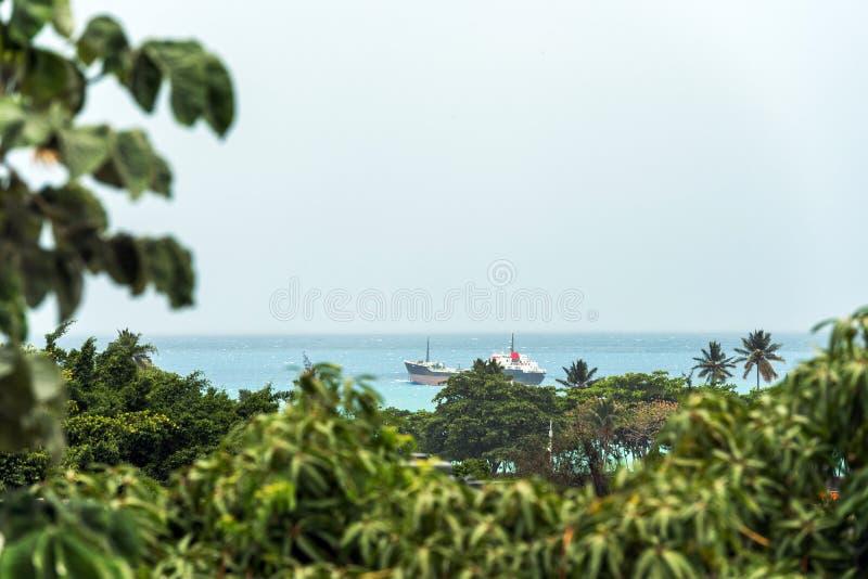 Vue d'un cargo dans l'océan, Bayahibe, La Altagracia, République Dominicaine  Copiez l'espace pour le texte photographie stock