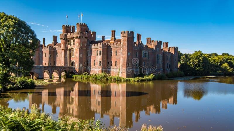 Vue d'un château moated de brique photos libres de droits