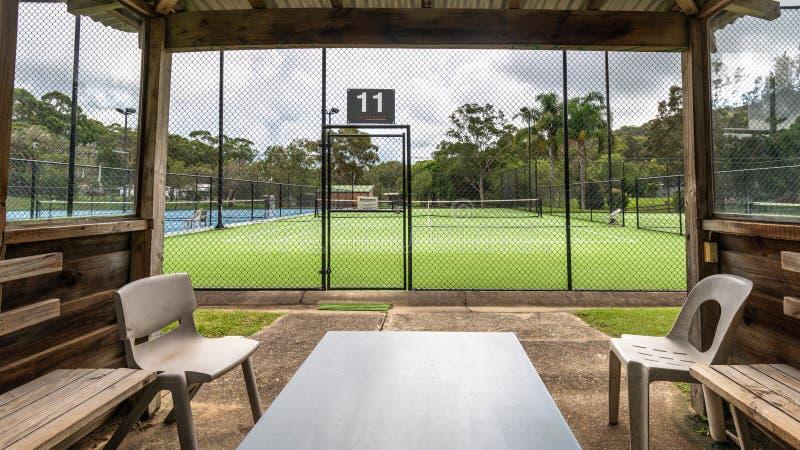 Vue d'un court de tennis de la hutte d'un joueur à côté de la cour photographie stock libre de droits