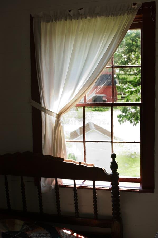 Vue d'un hublot amish de chambre à coucher photos stock