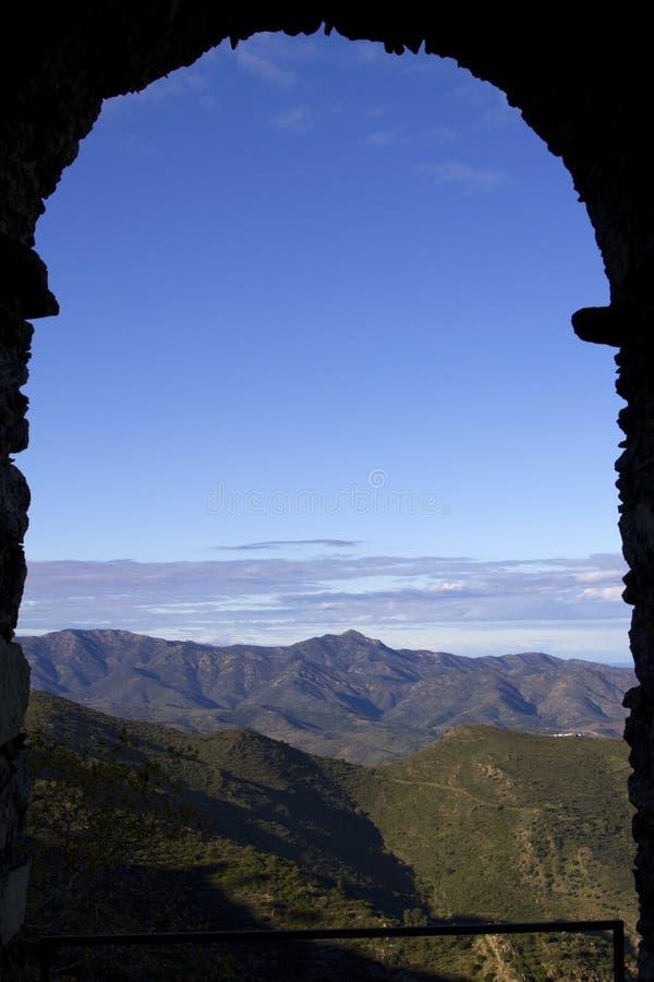 Vue d'un hublot de monastère photos stock