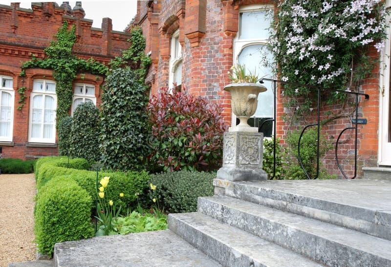 Vue d'un manoir et d'un jardin anglais photos libres de droits
