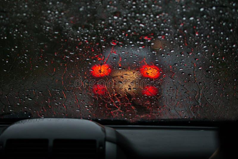 Vue d'un pare-brise pluie-trempé sur une voiture dans l'avant images libres de droits