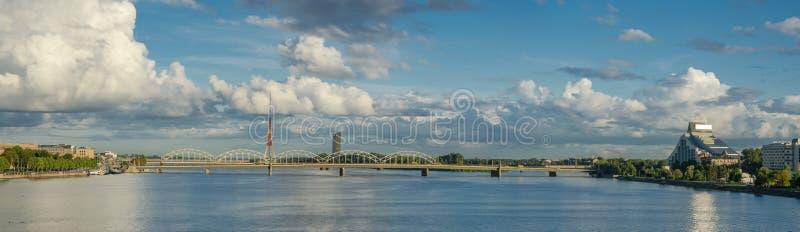 Vue d'un pont au-dessus de rivière de dvina occidentale à Riga Lettonie image stock
