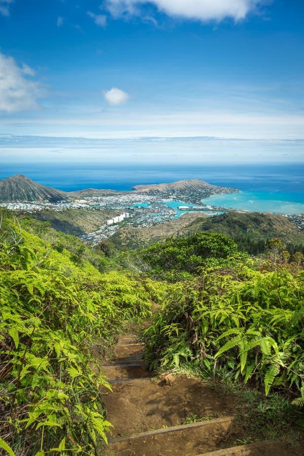Vue d'un sommet de montagne hawaïen photos stock