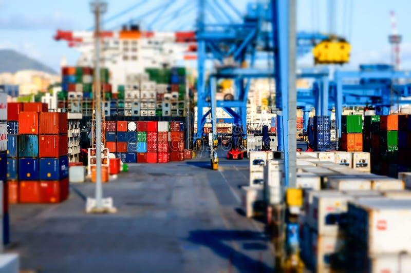 Vue d'un terminal de récipient au port du modèle d'effet de Gênes image libre de droits