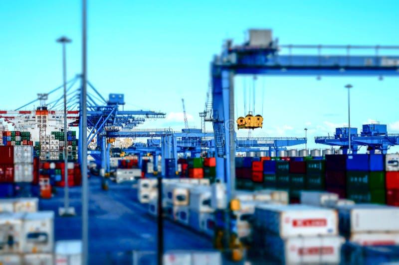 Vue d'un terminal de récipient au port du modèle d'effet de Gênes images libres de droits