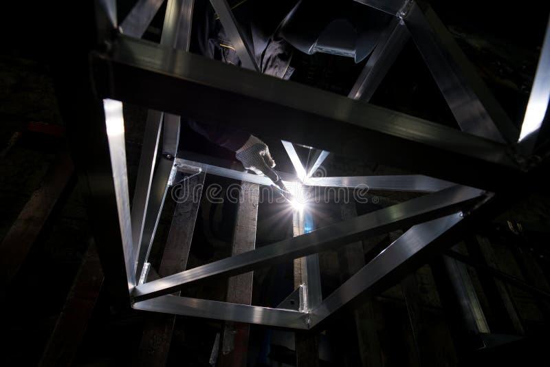 Vue d'un travailleur faisant la soudure d'argon photo libre de droits