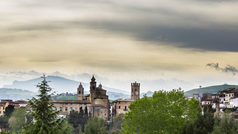 Download Vue D'un Village Médiéval De L'Italie Image stock - Image du extérieur, fort: 45369219