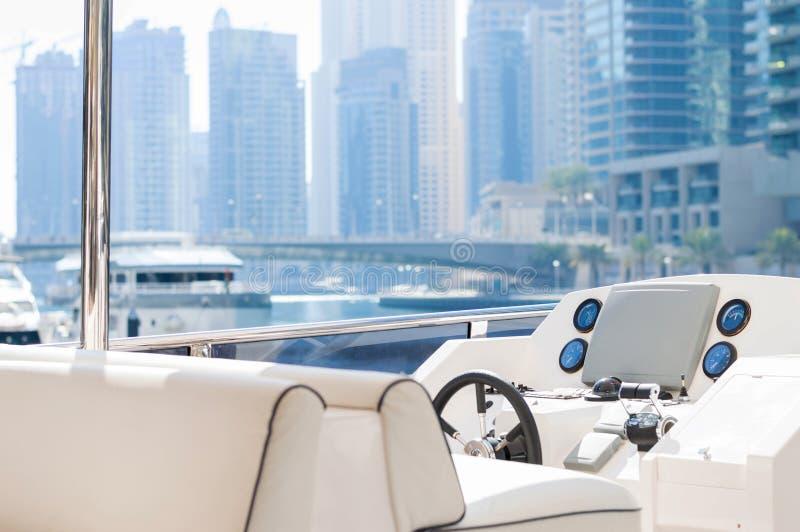 Vue d'un yacht de luxe au-dessus de secteur de marina à Dubaï image stock