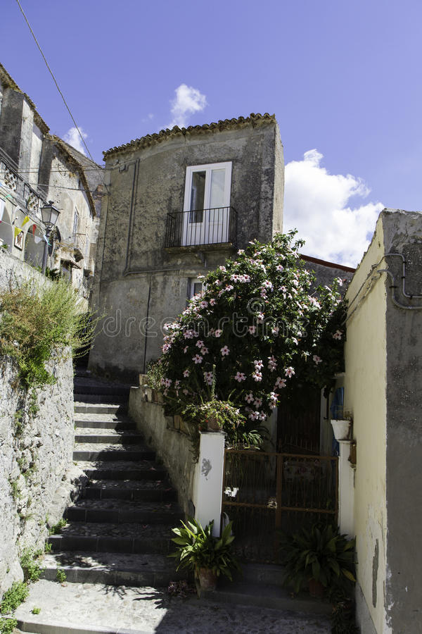 Vue d'une allée dans la vieille ville d'Amantea image stock