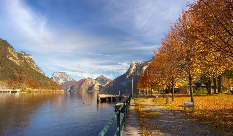 Vue d'une banque de lac Ebensee avec une allée d'érable photo stock