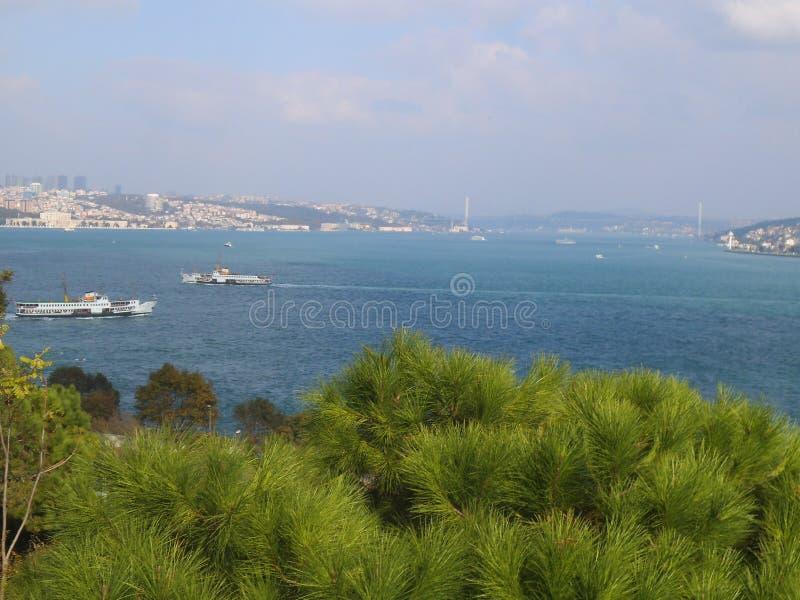 Vue d'une colline à Istanbul à l'eau photographie stock