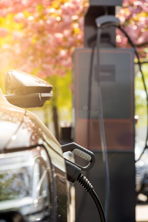 Vue d'une colonne de remplissage de voiture ?lectrique photos stock