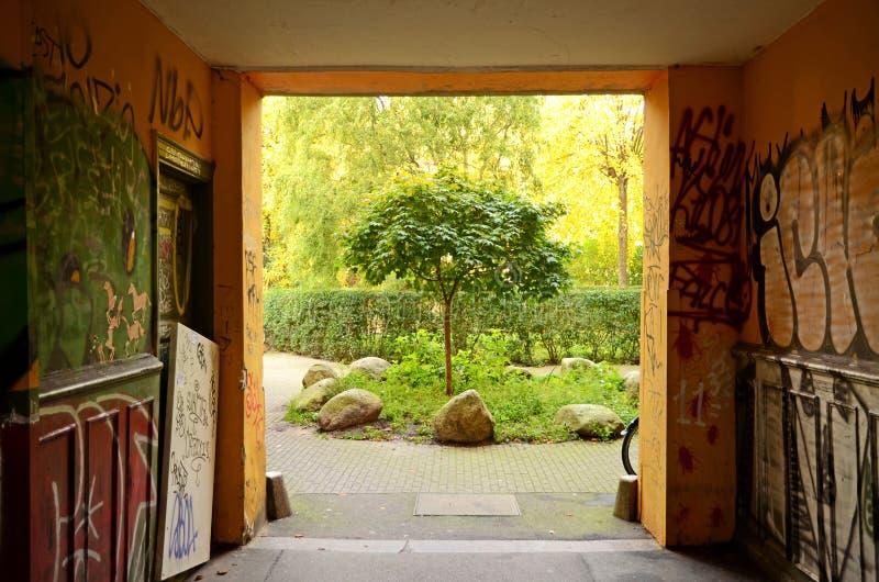 Vue d'une entrée et d'une cour de bâtiment dans Norrebro, Copenhague, Danemark image stock