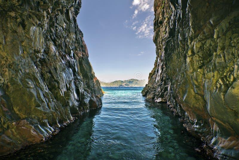 Vue d'une grotte dans la réserve naturelle de Scandola en Corse image libre de droits
