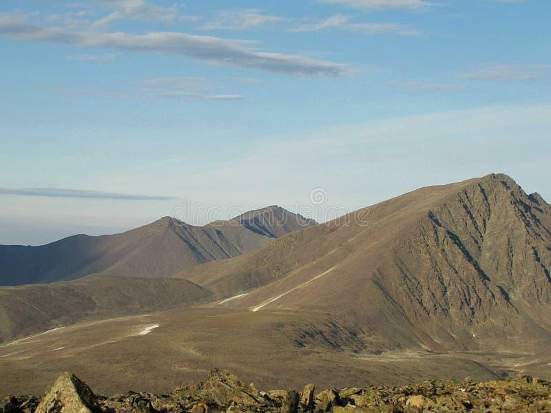 Vue d'une haute montagne dans la toundra photo libre de droits