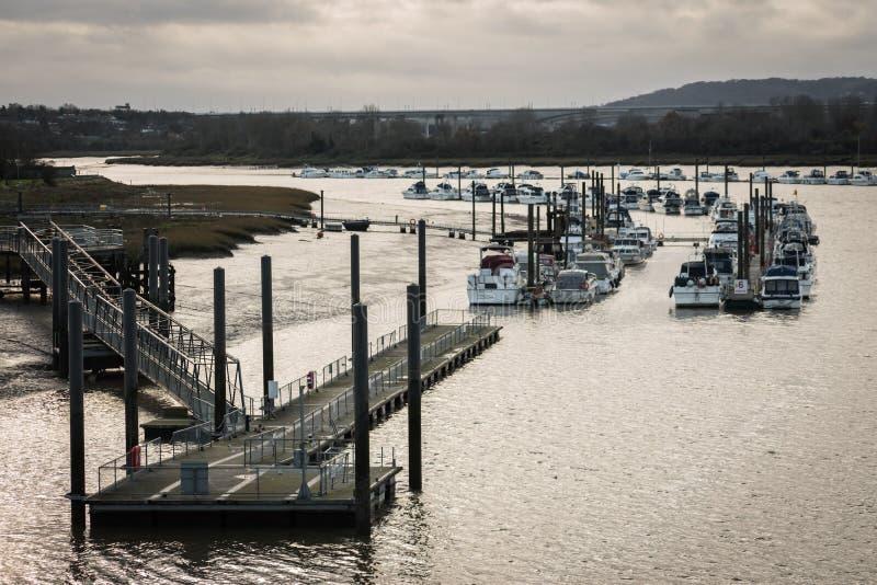 Vue d'une jetée et d'un pilier menant à une flotille des yachts amarrés sur la rivière Medway à Rochester, Angleterre, R-U photo stock