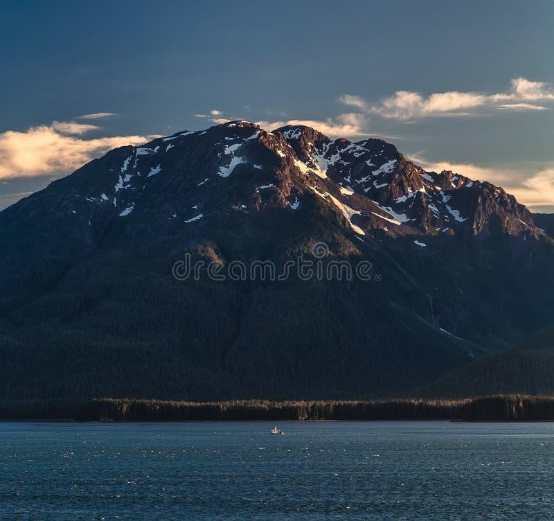 Vue d'une montagne massive avec le dessus neigeux en Alaska, Etats-Unis images stock
