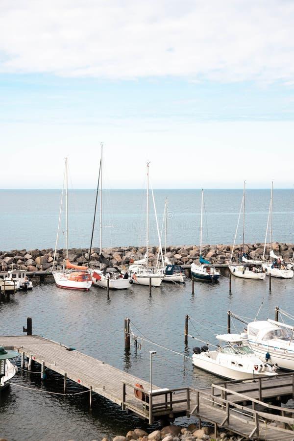 Vue d'une petite marina avec des bateaux et des yachts de pêche Port tranquille en mer baltique images libres de droits